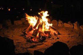 「焚き火を囲う焚き火を囲う」のフリー写真素材
