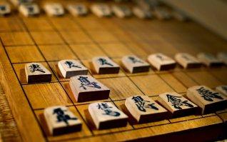 「古く使い込まれた将棋盤と駒古く使い込まれた将棋盤と駒」のフリー写真素材を拡大