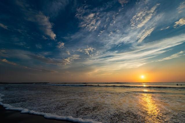 「一宮海岸の海に反射するレイライン(千葉県一宮町ちばけんいちのみや)」のフリー写真素材