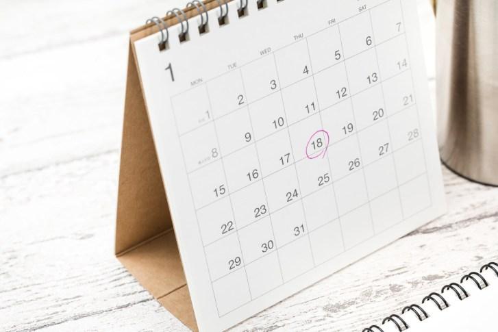 「卓上カレンダーのチェックマーク」