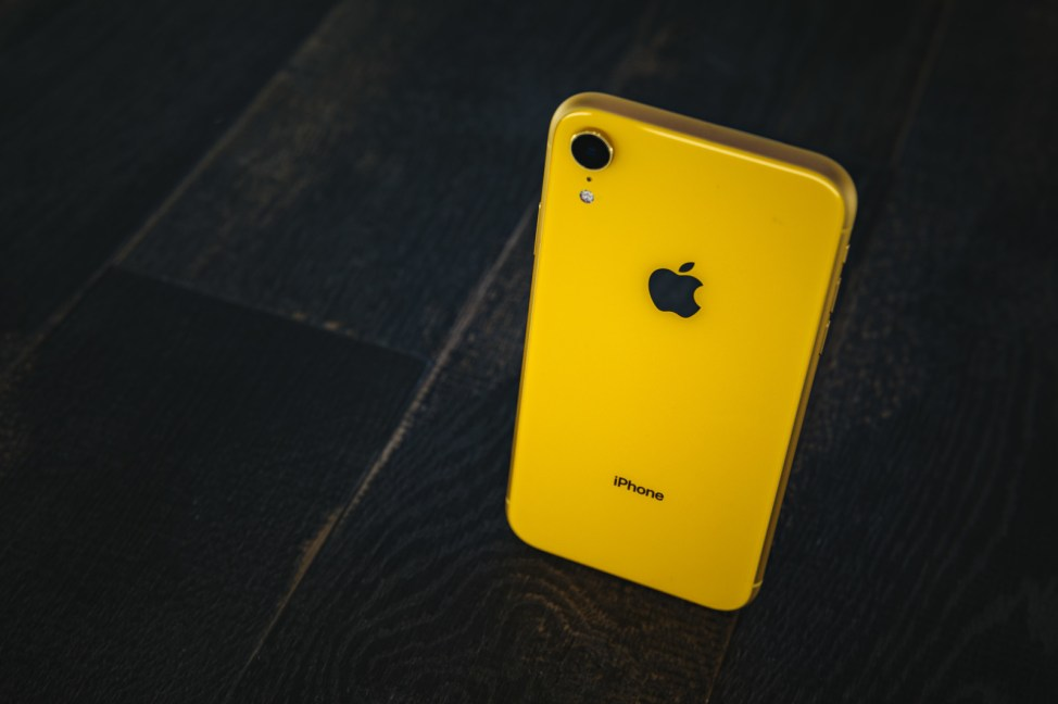 「iPhone XR yellowiPhone XR yellow」のフリー写真素材を拡大
