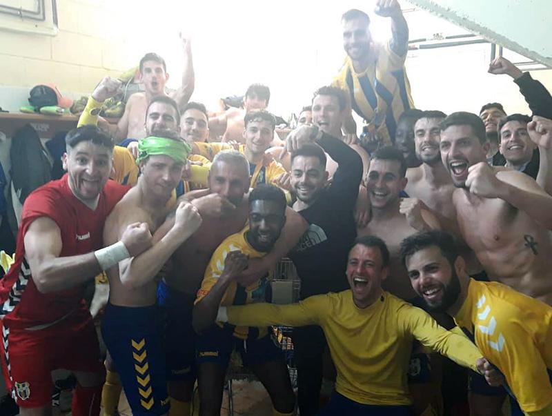 Els jugadors del Palamós celebrant, eufòrics, la victòria amb l'heroi del partit, Dembo, al centre de la imatge. (Foto: Palamós CF).