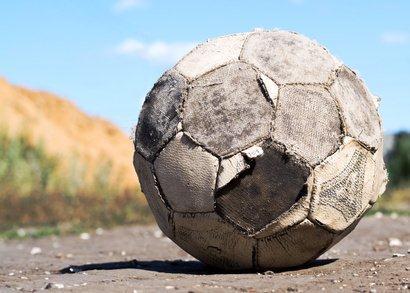 Vecchio pallone sgonfio