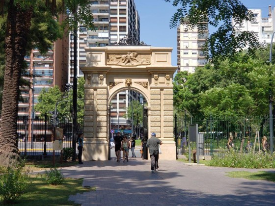 Ecoparque - Puerta sobre Av. Las Heras, desde dentro del Ecoparque