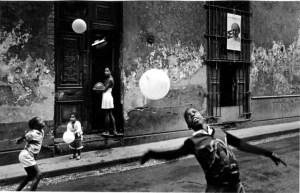 Ernesto Bazan chikdren playing with balloons