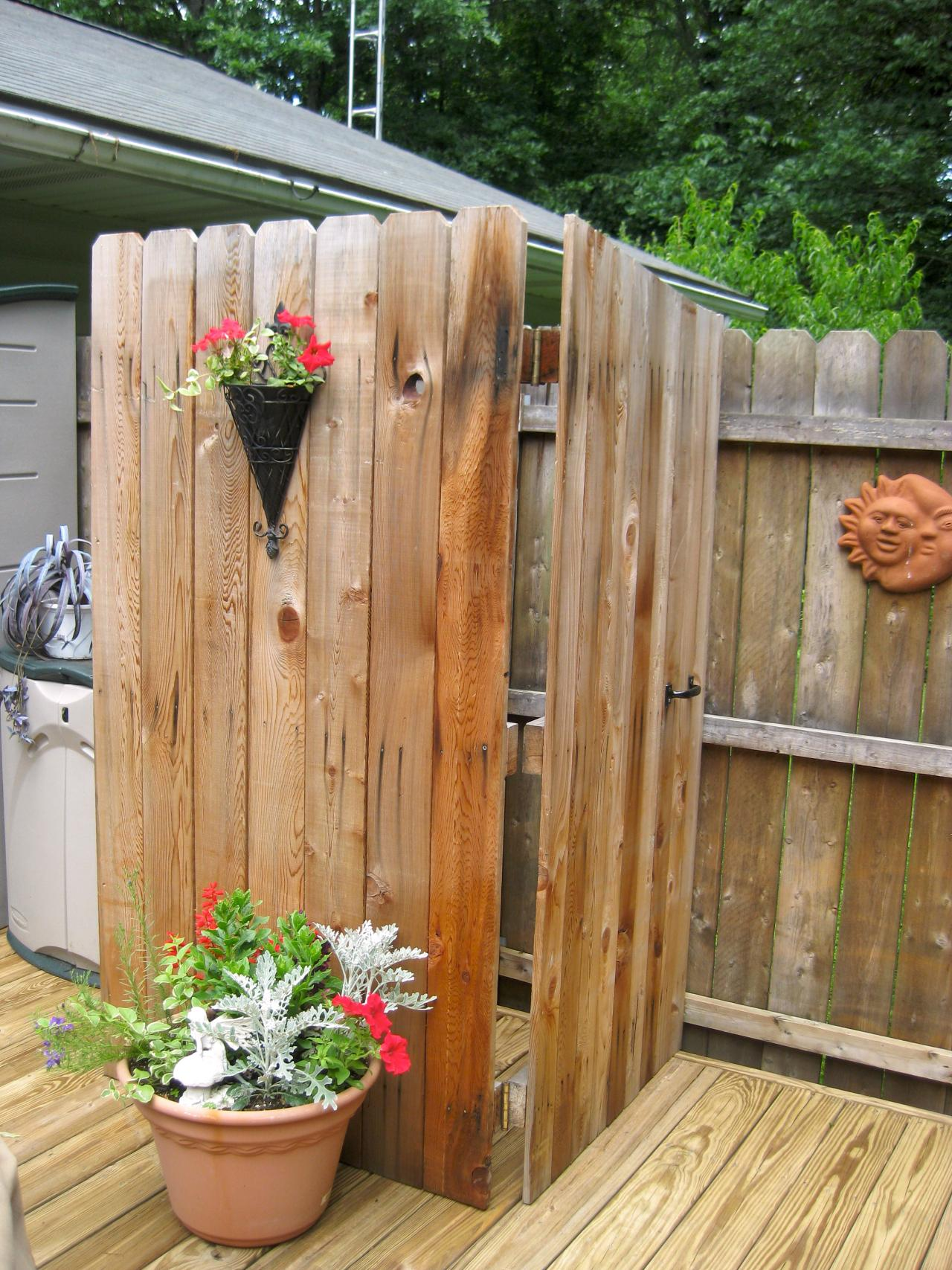 Pallets Made Outdoor Bathing Shower Ideas | Pallet Ideas on Backyard Bathroom Ideas  id=38290