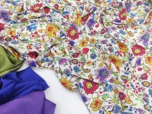 Ткань Шелк-Армани разноцветные цветы на фоне айвори в сочетании с однотонным шелком