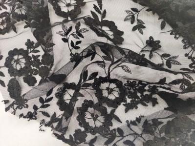 Ткань Сетка с цветами и камнями в черном цвете