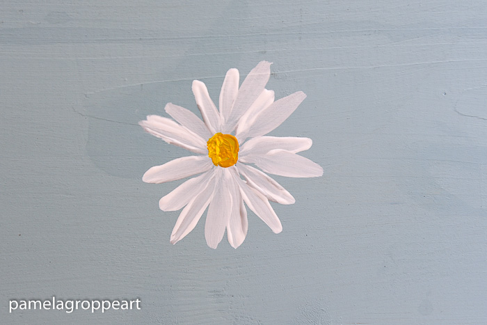 Simple daisy painted in acrylics, How to Paint a Simple Daisy