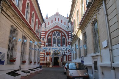 The Jewish church between the buildings