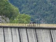 über den Staudamm am Lago di Ca' Selva
