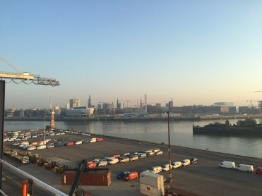 der Hamburger Hafen vom Schiff aus