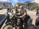 Mick macht sein Motorrad startklar