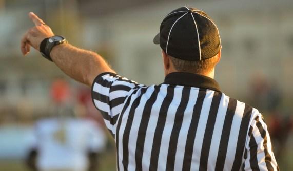 Un arbitro mentre fa rispettare le regole degli sport.