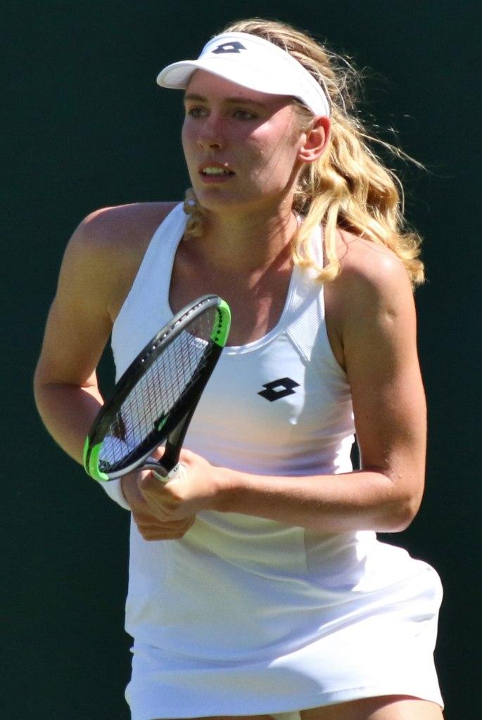 Ekaterina Aleksandrova una delle moderne matrioske del tennis durante una gara di tennis.