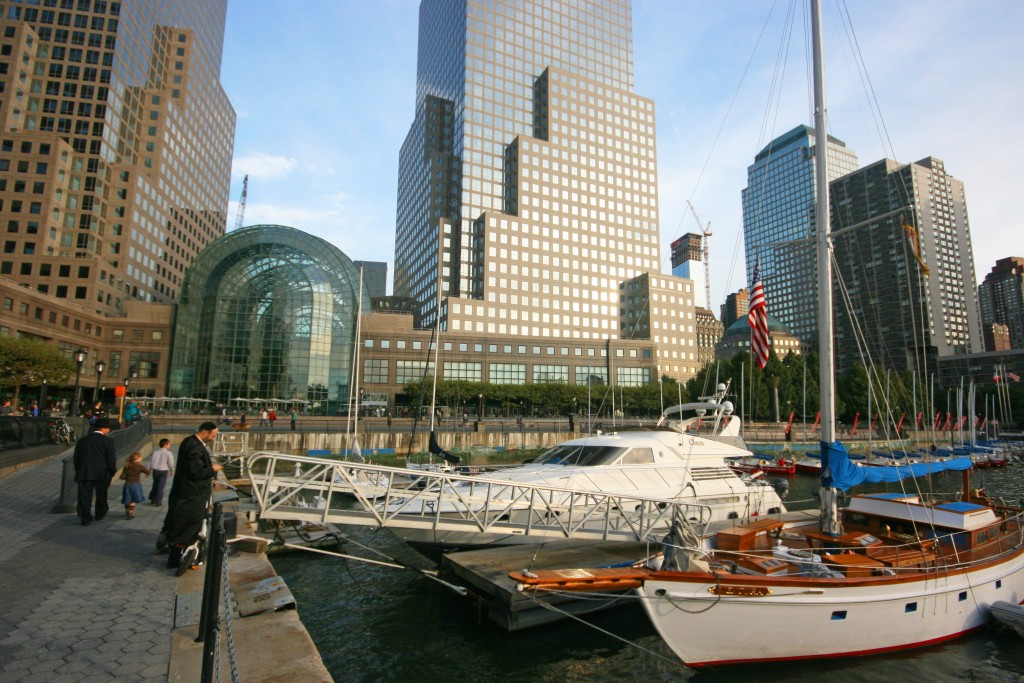 Petite marina derrière le World Financial Center... 6 $/pied par jour, soit 180 $ pour Pando... on préfère le mouillage (gratuit) sur l'Hudson !