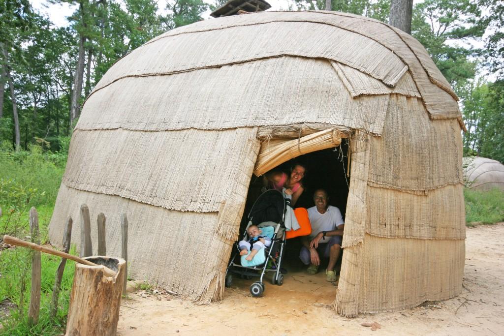 Des gens raffinés ces indiens Powhatans... intérieur très confortable. Eclairage zénithal modulable. Une armature souple mais très solide.