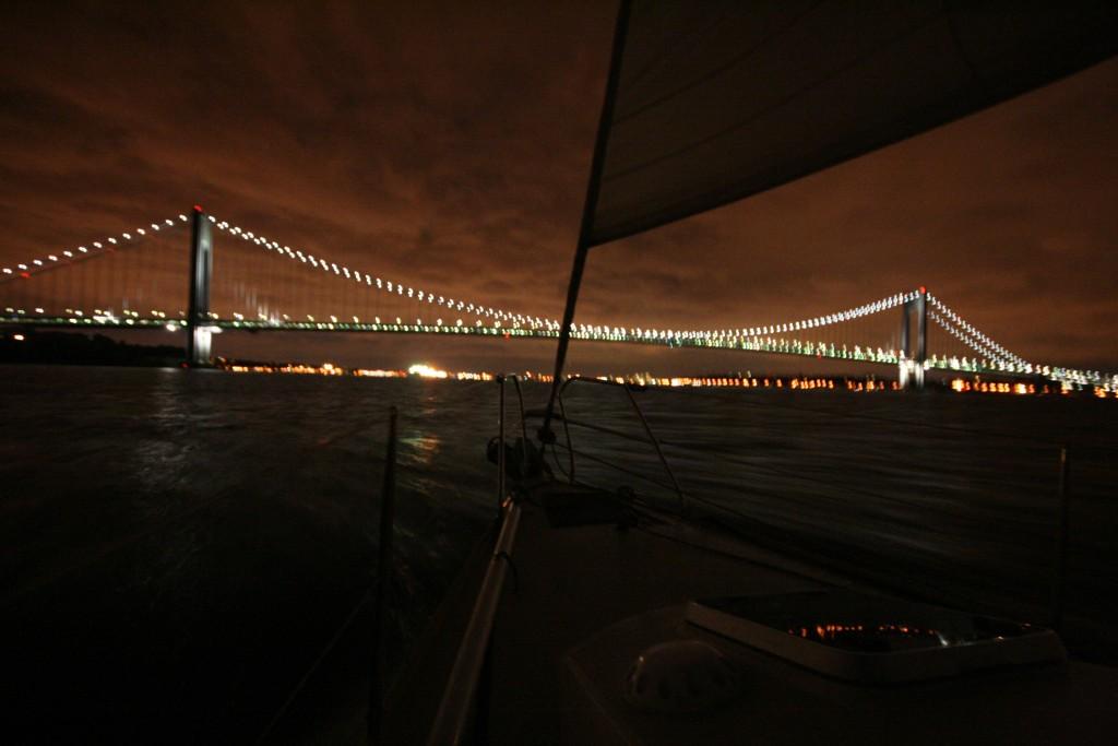 Verrazano Bridge en vue, reliant Brooklyn (droite) à Staten Island (gauche), longtemps le plus long pont suspendu du monde