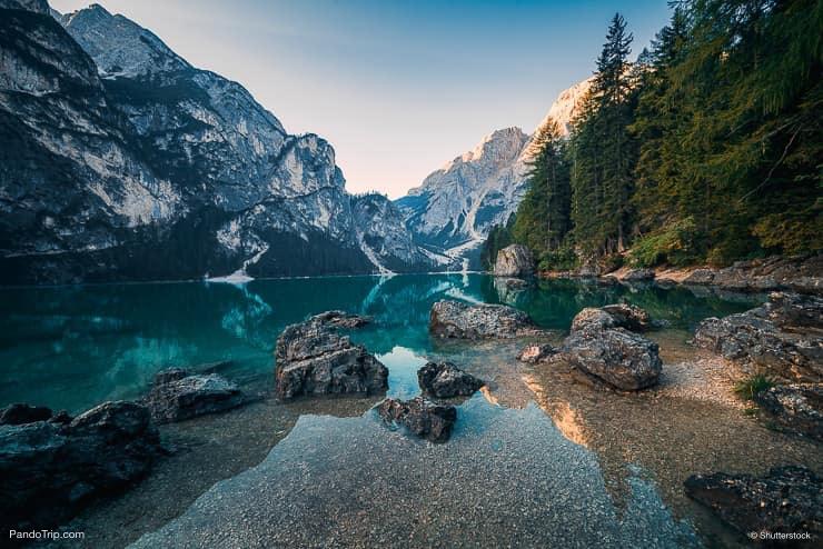 Lago di Braies أو Pragser Wildsee ، جبال الدولوميت ، إيطاليا
