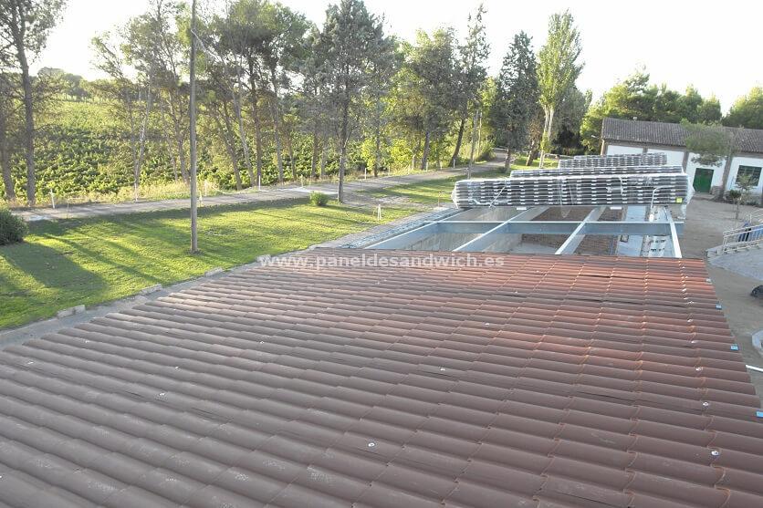 Montaje de cubiertas para tejados de chapa sandwich imitación teja