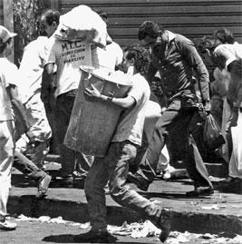 Persona saqueando el 27 de febrero de 1989