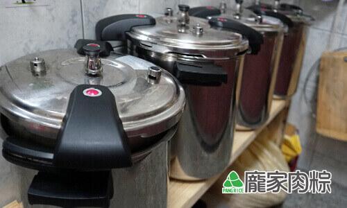 53-02龐家肉粽堅持品質端午節量大仍使用壓力鍋烹煮粽子