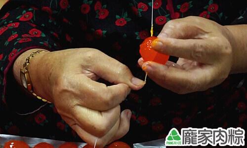 包粽子切蛋不黏刀,鹹蛋切法教學(肉粽知識推薦)02