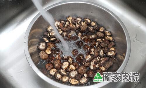 94-03香菇清洗教學-打開清水沖洗