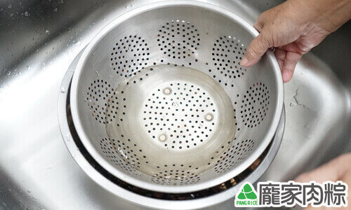 香菇清洗教學-放重物壓住香菇