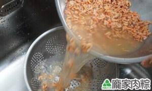 蝦米清洗教學-用網子過濾