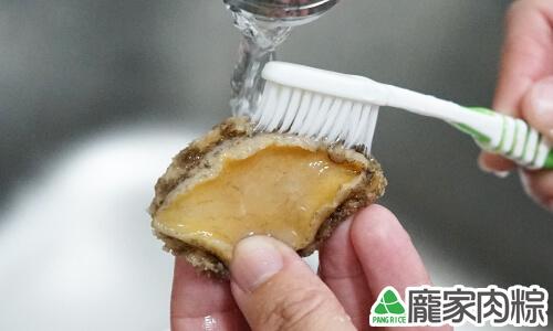 打開清水並用牙刷刷洗鮑魚