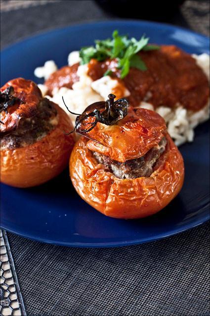 Tomates farcies avec le riz autour