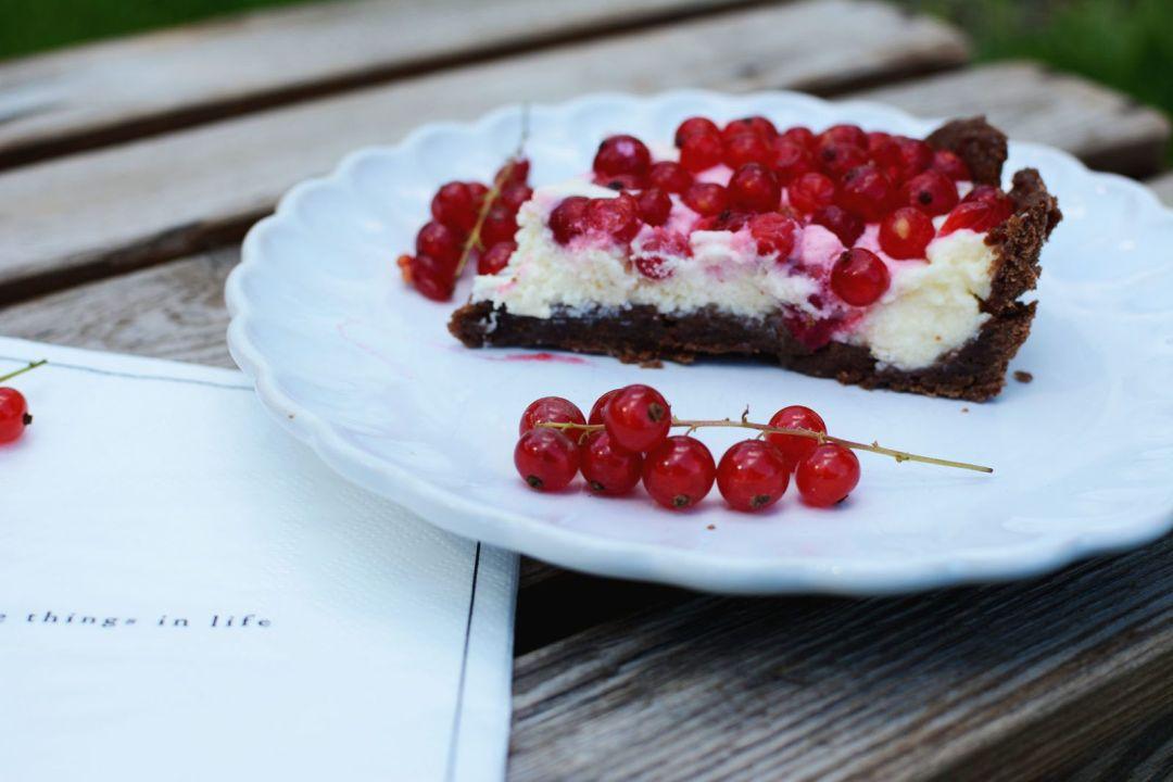 Porzeczkowa tarta z musem z białej czekolady
