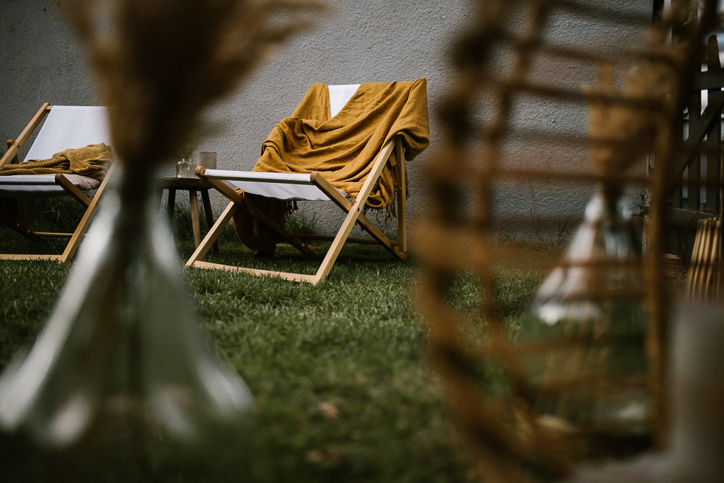 Dekoracje na urodzinowym pikniku w stylu boho w ogrodzie