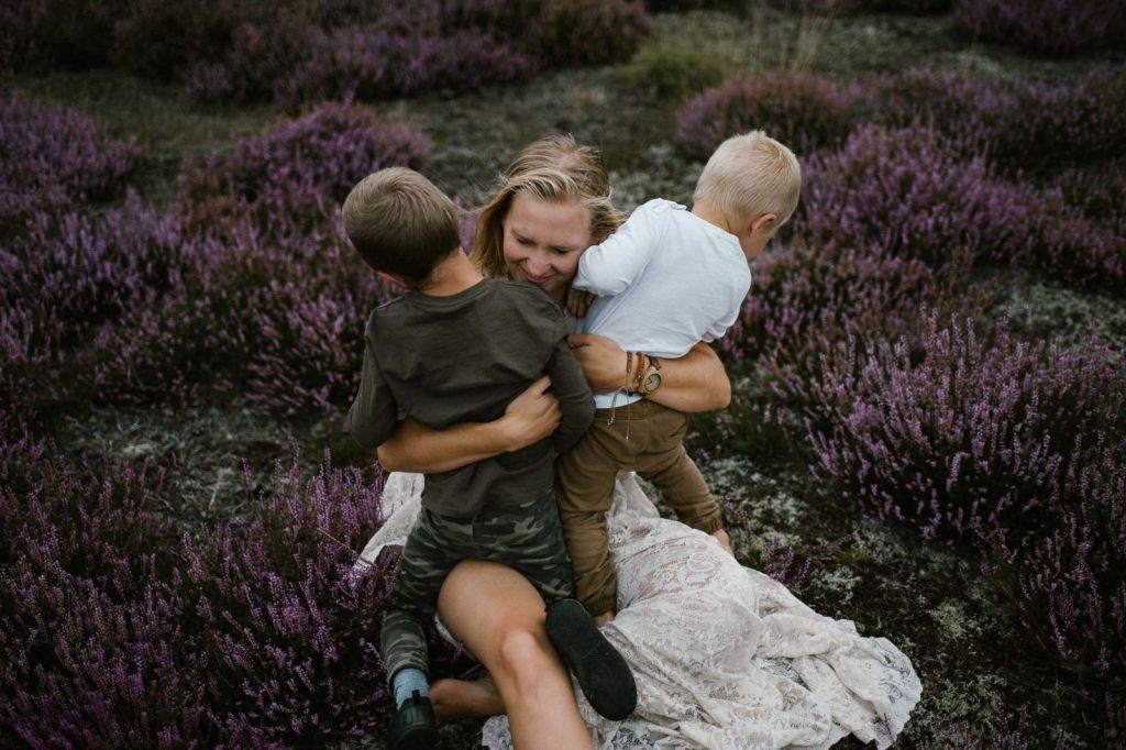 Mam przytula synów na wrzosowisku -sesja zdjęciowa na wrzosowisku Pani Woźna