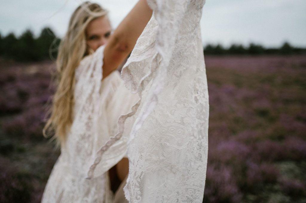 Koronkowa suknia ślubna w stylu boho - sesja zdjęciowa na wrzosowisku Pani Woźna