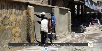 warga daulah islam sedang memperbaiki tembok dengan semen baru