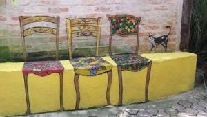 Mur med målade stolar på