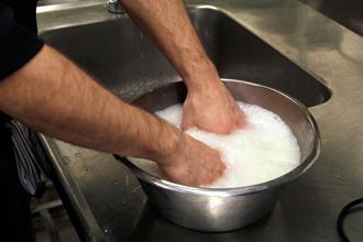 Spar vattnet som du sköljt ditt ris i och använd som gödningsmedel till dina krukväxter. Skvätt på lite med jämna mellanrum och vattna sedan som vanligt.