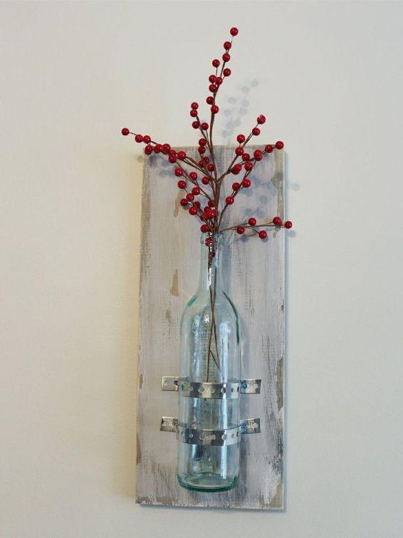 Flaska som sitter fast med hålband i dekorativ bräda