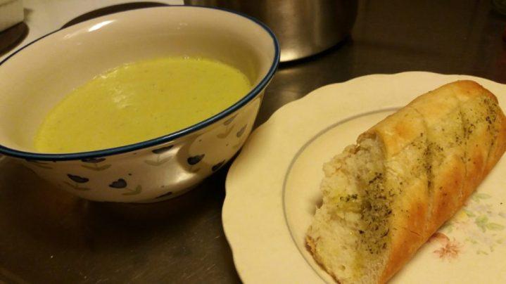 Len och krämig avokadosoppa med vitlöksbröd