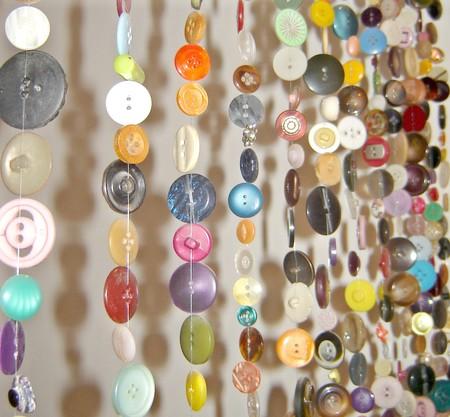 Har du en massa knappar? Gör en knappgardin i dörröppning eller i fönster