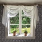 Vacker gardinuppsättning med gammal stör
