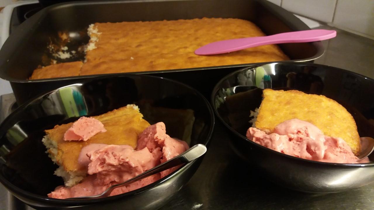 Kardemummasockerkaka med hemmagjord jordgubbsglass