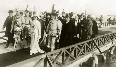 Princ Vidi, duke hyrë në Durrës, i pritur nga Esat Pashë Toptani