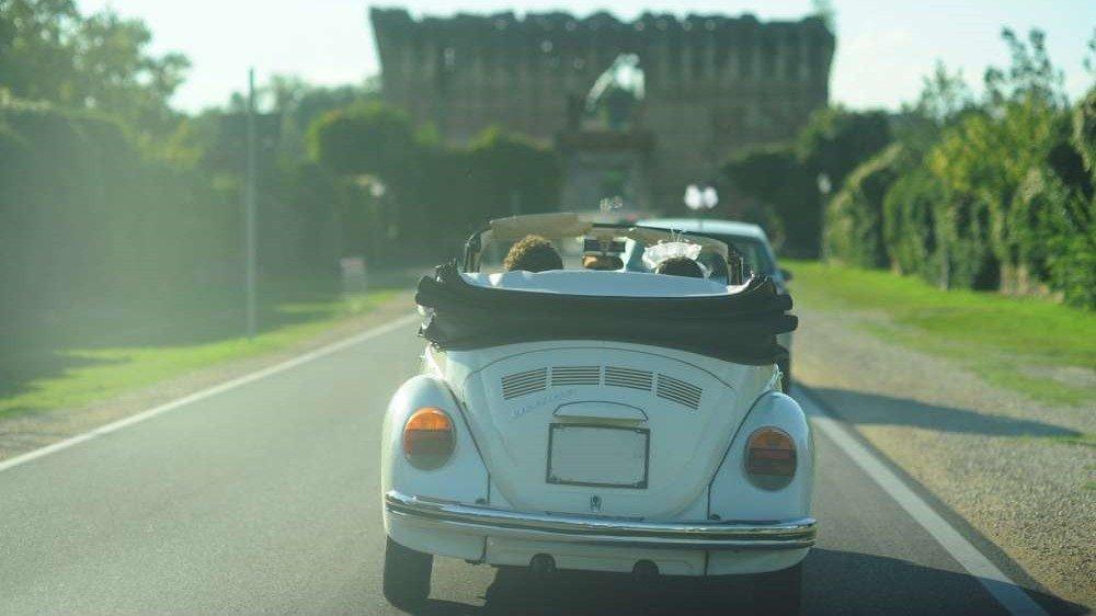 auto da matrimonio: il maggiolino cabrio bianco