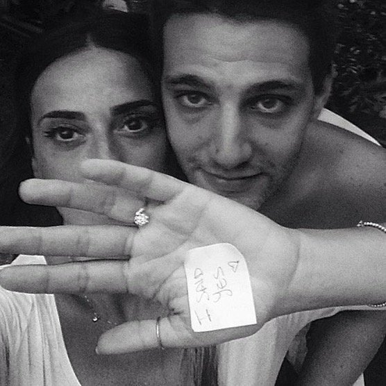 Erika con l'anello di fidanzamento e il post-it della risposta