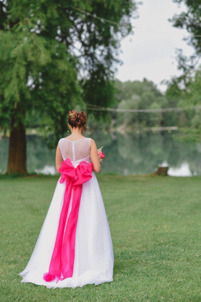 abito da sposa con fiocco fucsia
