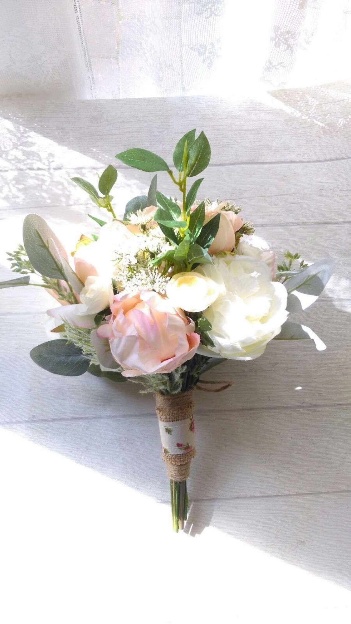 Bouquet da sposa con peonie, rose ed eucalipto