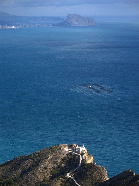 Faro de El Albir y peñon de Ifach al fondo